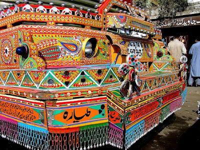 Resultado de imagen para La pintoresca tradición pakistaní de decorar camiones