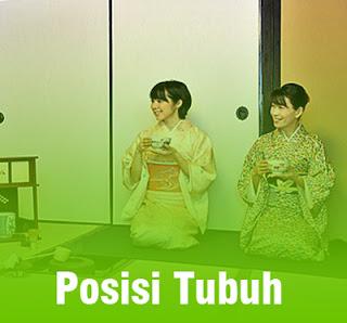 dua orang wanita jepang menggunakan kimono sedang minum teh