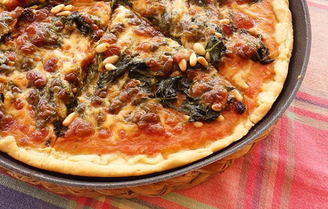 Pizza de espinacas, pasas y piñones
