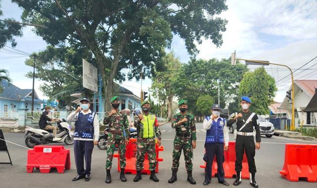 Pemberlakuan Pembatasan Kegiatan Masyarakat Di Jalan Raya Dilakukan Personel Jajaran Kodim 0207/Simalungun Bersama Dinas Terkait