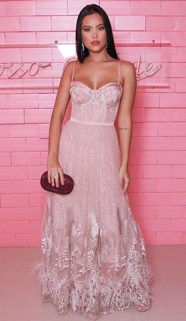 vestido longo rose com plumas