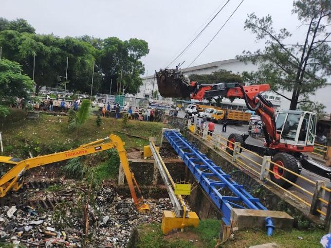 PUPR Turunkan Alat Berat Bersihkan Tumpukan Sampah di Kali Baru