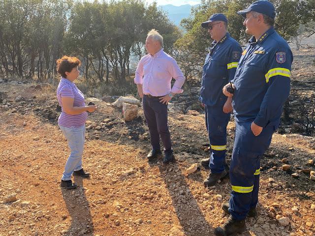 Ο Ανδριανός με στελέχη της Πυροσβεστικής και εργαζόμενους στον αρχαιολογικό χώρο των Μυκηνών για την πυρκαγιά