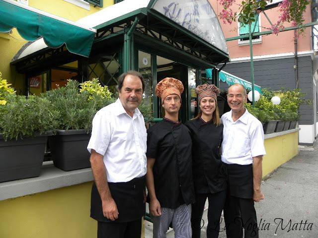 """Il proprietario Enes (primo a destra ) e lo staff della Trattoria """"Al Pescatore"""" a Trieste"""