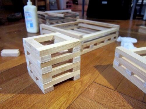 Chậu gỗ cơ bản đã xong, bạn cần gắn thêm các móc treo, giá thể lên là có thể trồng được lan rồi