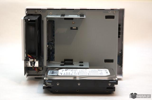 Synology DS216j ze zdjętą częścią obudowy umożliwiającą dostanie się do prowadnic dysków