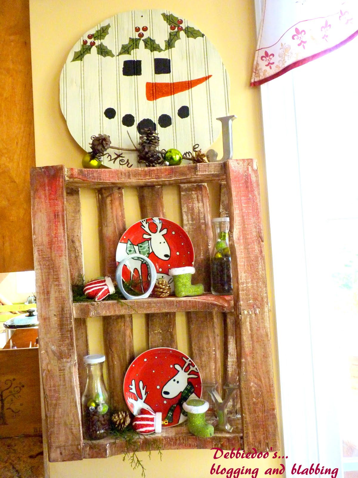 Christmas decorating a Wood Pallet - Debbiedoo's