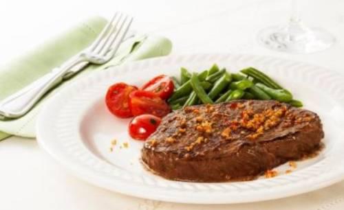 Bife de patinho grelhado, receita com vagem e tomate