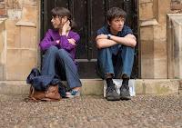 Nathan y su madre sentados de brazos cruzados mirando para puntos opuestos