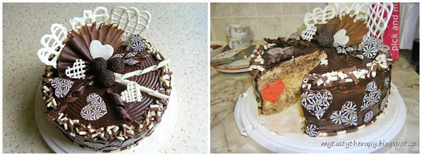 kulatý dort politý čokoládou, zdobený čokoládovými ozdobami a s překvapením uvnitř - po rozkrojení se objeví srdíčko