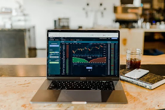 How to deal with the risks of investing in stocks during periods of fluctuations in financial markets