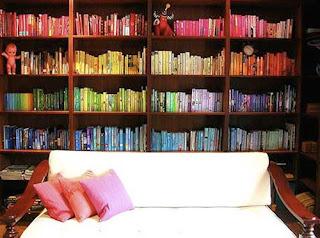 buku-buku disusun berdasarkan warna