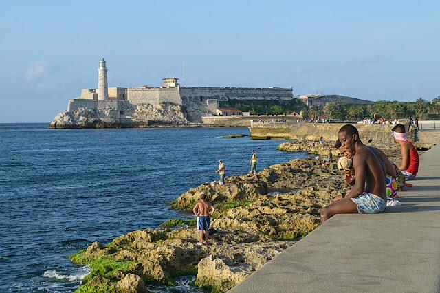Sur le bord du Malecón à La Havane