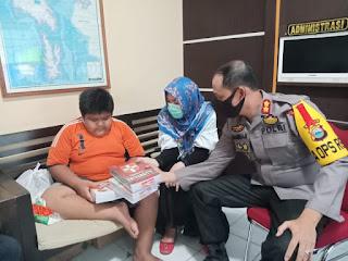 Hibur Bocah Korban Bullying yang Viral di Medsos, ini yang dilakukan Kapolres Pangkep
