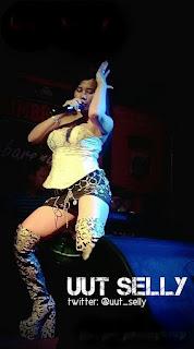 Foto Uut Selly seksi di panggung