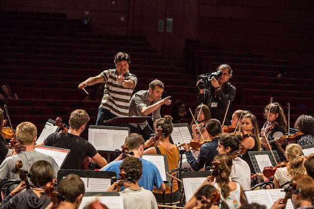 Bruno Campo & Etienne Abelin rehearsing the Sistema Europe Youth Orchestra in Milan 2015 © Marco Caselli Nirmal