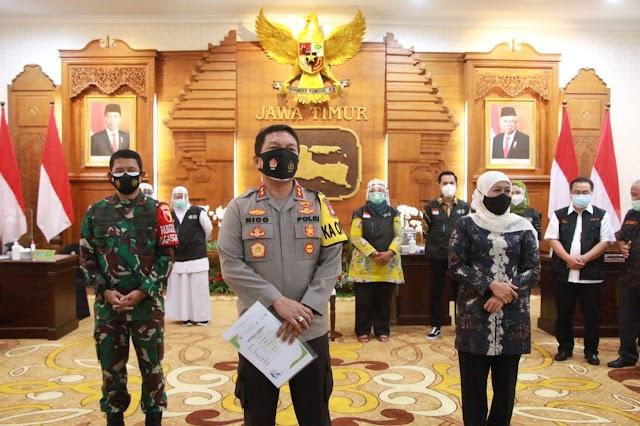 Kapolda Jatim Didampingi Gubernur dan Pangdam V Brawijaya Jalani Vaksinasi Covid-19 Dosis Kedua di Grahadi