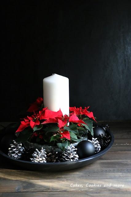 Schwarz weisser Adventskranz mit Weihnachtssternen
