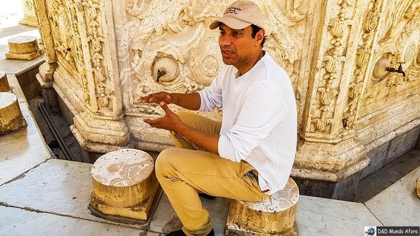 Guia Ahmed explicando sobre a Fonte das abluções na Mesquita de Mohamed Ali na Cidadela de Saladino, no Cairo