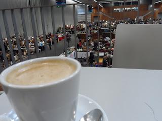 Detalle de una taza de cafe en la cafeteria, al fondo, ell Desembalaje BIlbao