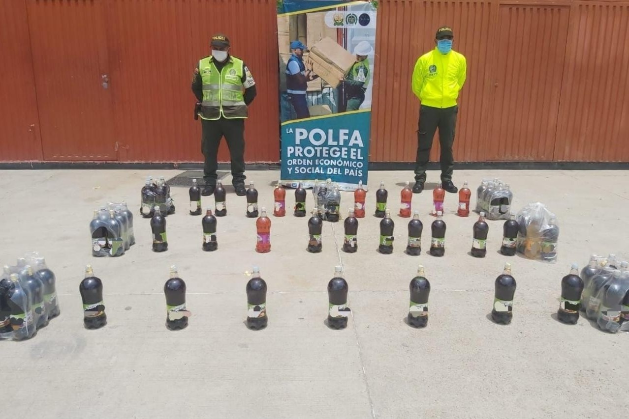 https://www.notasrosas.com/Polfa decomisa 385 litros de licor de contrabando en Valledupar