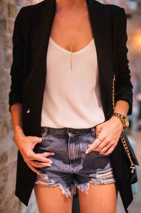 Short jeans, blusa branca, blazer preto