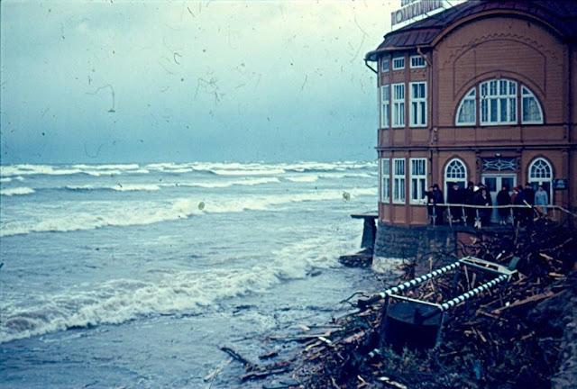 18 октября 1967 года. Юрмала. Майори. Разрушительные последствия шторма. Возле курортной поликлиники (автор фото: Visvaldis Pirksts)