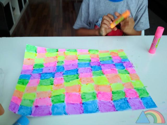 Papel pintado con colores flúor