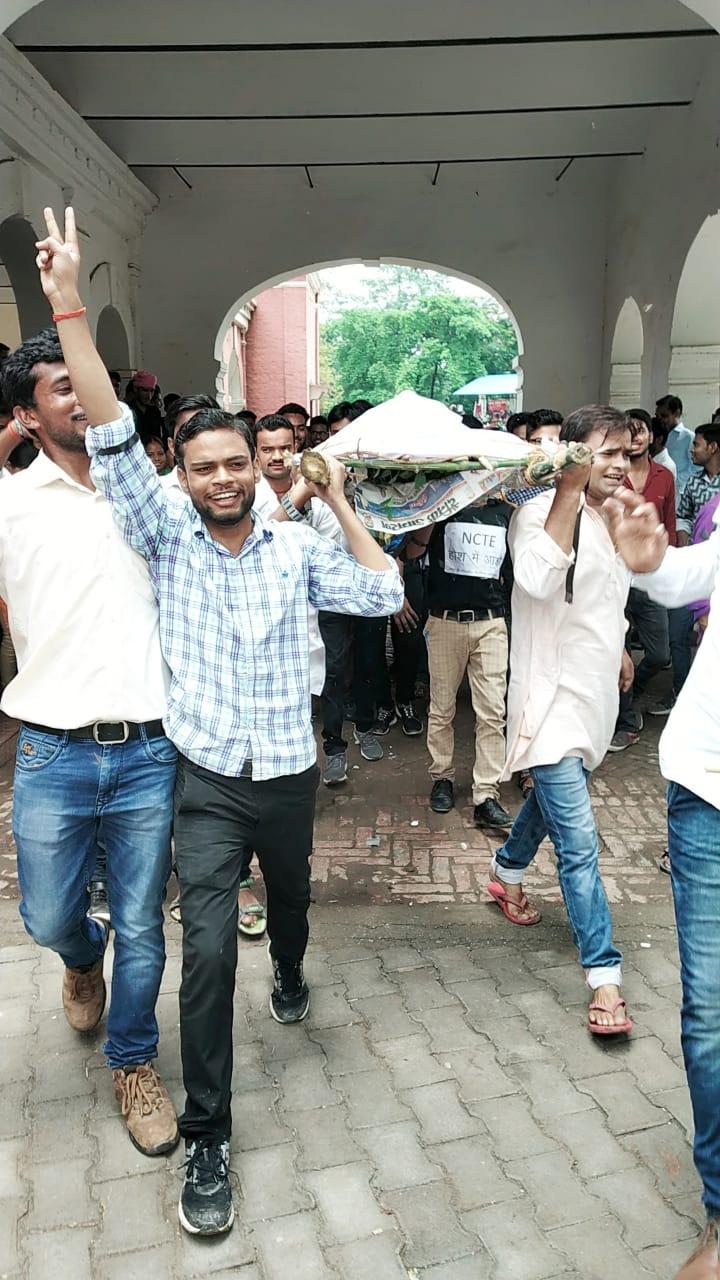 बीटीसी पहुंचा ICU में, बीटीसी प्रशिक्षुओं ने बीएड के खिलाफ खोला मोर्चा, NCTE का निकाला जनाजा, आदेश वापस लेने को प्रदर्शन कर DM को सौंपा ज्ञापन