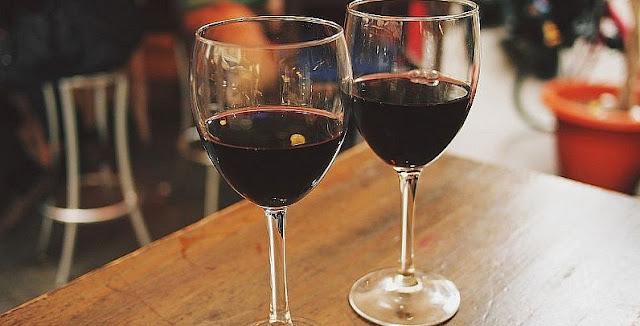 """""""Ni una copa de vino al día"""": un estudio echó por tierra los beneficios del alcohol en la salud"""