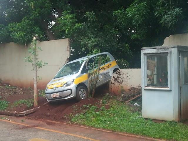 Aluno de Auto Escola se atrapalha e quase vai parar no terreno vizinho do DETRAN de Foz.