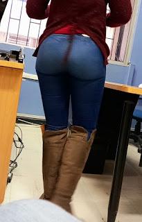 Bonita chica cola redonda jeans lisos apretados