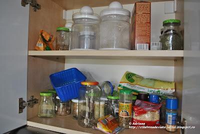 organizare dulap condimente si alimente de baza
