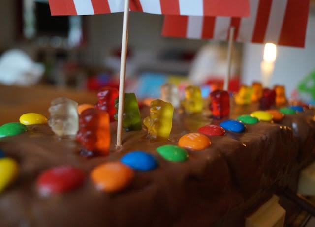 Rezept: Piratenschiff-Kuchen für den maritimen Kindergeburtstag backen. Toll für die Piraten-Party und als Geburtstagskuchen für alle Seemänner!