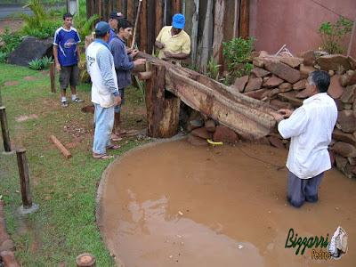 Dando os últimos retoques no monjolo de madeira Jacarandá. Verificando o eixo de madeira e faltando instalar o pilão de madeira onde o monjolo vai bater para fazer os ingredientes de milho, arroz e amendoim.