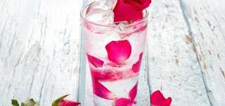 فوائد شرب الماء مع ماء الورد