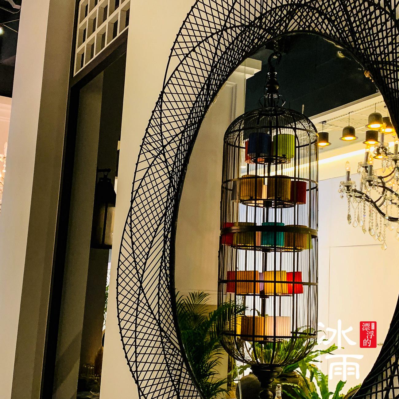 牆壁上的掛飾可以反射店內的其他景點,形成另外的一個畫面很有趣