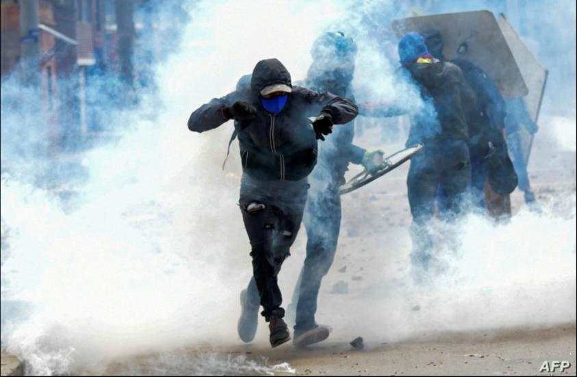 Manifestantes chocan con la policía antidisturbios durante una protesta contra el gobierno del presidente colombiano Iván Duque, en Facatativá, Colombia, el 31 de mayo de 2021 / AFP