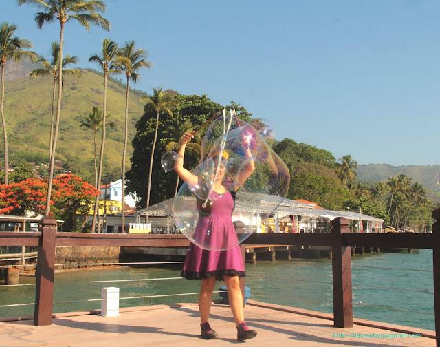 Performance Bolhas Gigantes de Humor e Circo Produtora no evento ao ar livre Ilha Bela Sunset, SP.