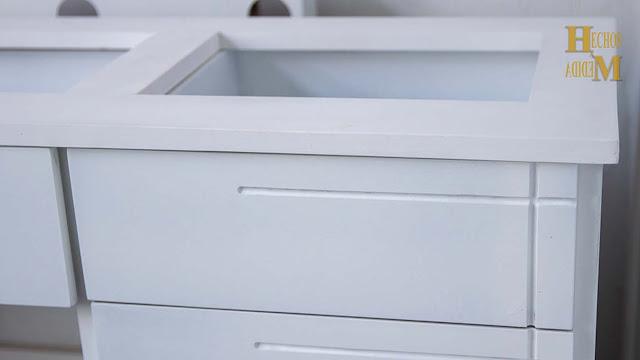 mueble-de-madera-en-color-blanco-coqueta-con-luz