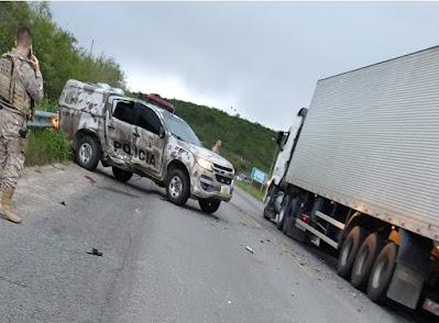 BR 423: Colisão entre Corolla e Viatura da Polícia resulta em Quatro Feridos.