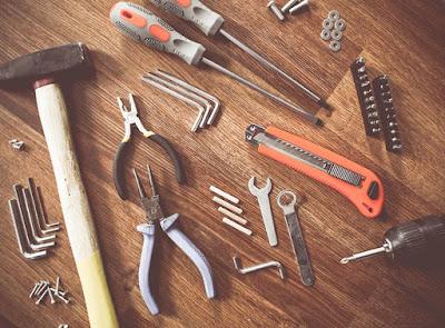 عدة و أدوات مثل الشاكوش والكاتر والمفك والزرادية و مفاتيح ألانكيه و مسامير