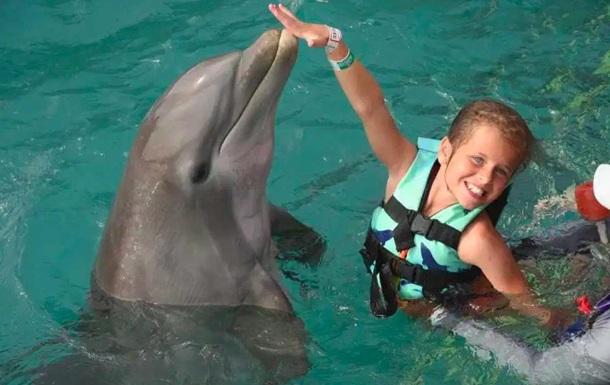 Дельфіни покусали і спробували втопити дівчинку в басейні