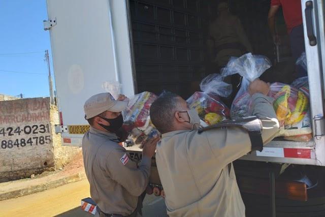 Cerca de 100 cestas básicas foram entregues pela PM em Vitória da Conquista