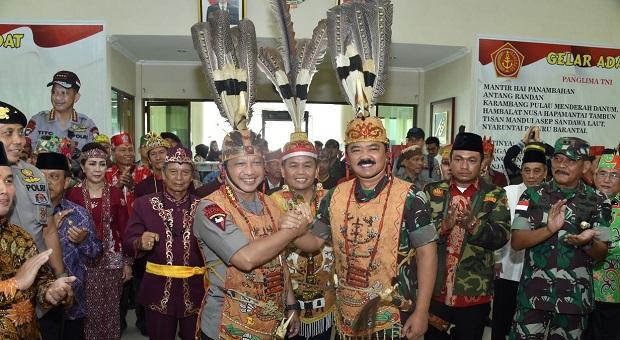 Panglima TNI dan Kapolri Dianugerahi Gelar Kehormatan Adat Dayak