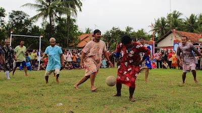 Unik !!! Menyambut Dirgahayu Republik Indonesia Ke-73, Warga Desa Tersidilor Gelar Sepak Bola Berdaster dan Bersarung