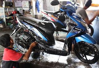 membersihkan motor yang berkerak