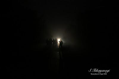 ネパールは霧が深く夜は暗い