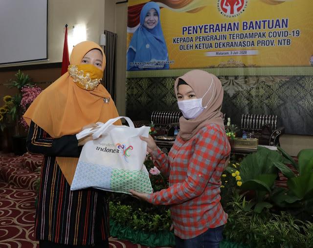 Dekranasda Serahkan Bantuan Kepada Pengrajin di Kota Mataram