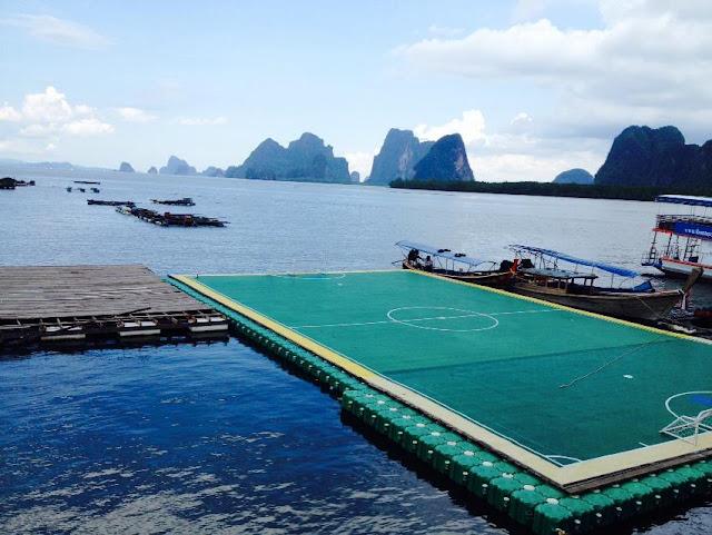 เกาะปันหยี หรือที่รู้จักกันดีในนามของ หมู่บ้านกลางน้ำ แหล่งท่องเที่ยวระดับโลกของเมืองไทย มีสนามฟุตบอลลอยน้ำ แห่งเดียวในประเทศไทย และเป็น 1 ใน 3 สนามฟุตบอลที่สวยที่สุดในโลก